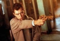 Jude Law fazendo pose de mau